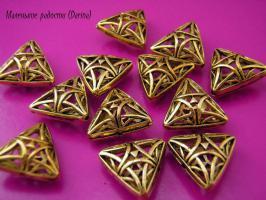 Бусина золотистый треугольник 15х13 мм